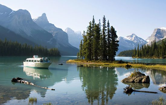 Maligne Lake boat cruise in Jasper National Park