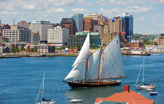 Arrive in the maritime city of Halifax with all the coastal beauty to discover.