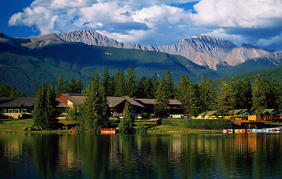 Hotel by lake and mountains in Jasper